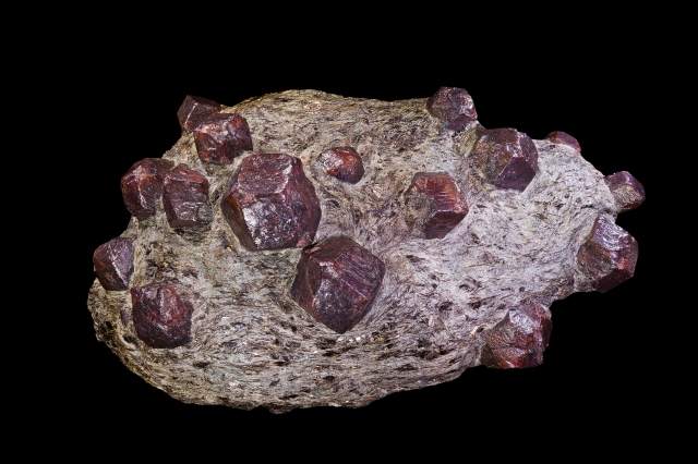 "Euhedral garnets in schist""Almandin"" by Didier Descouens – Own work. Licensed under CC BY-SA 4.0 via Commons – https://commons.wikimedia.org/wiki/File:Almandin.jpg#/media/File:Almandin.jpg"